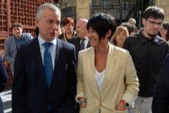 El lehendakari Urkullu junto a la parlamentaria de EH Bildu, Maddalen Iriarte.