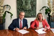 Amaia del Campo y Alfredo Retortillo en la firma del acuerdo de gobierno.