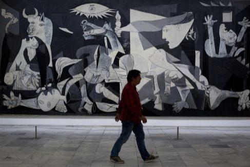 El 'Guernica' de Picasso se exhibe en el Museo Nacional Centro de Arte Reina Sofia, en Madrid.