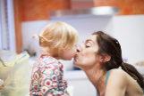¿Besos en la boca a tu hijo? La opinión de los expertos