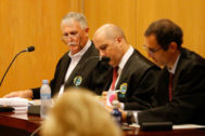 Víctor Bravo, a la izquierda, que ha ejercido su derecho a defendese a sí mismo.