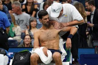 Djokovic recibe tratamiento durante su partido ante Londero en el US Open.