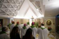 El Papa Francisco dirige una misa en la capilla de Santa Marta, en el Vaticano.