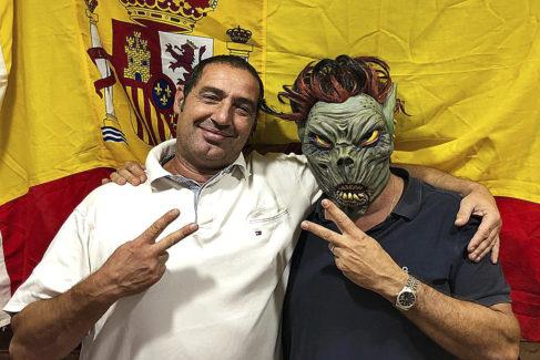 Juan Ribas y José Luis (enmascarado), haciendo el signo de la victoria con la bandera de España.