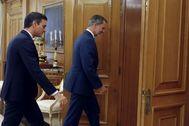 El Rey Felipe VI recibe en audiencia al presidente del Gobierno en funciones, Pedro Sánchez, este lunes, en el Palacio de la Zarzuela.