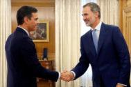 Felipe VI saluda a Pedro Sánchez antes de su reunión