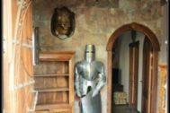Interior de la casa-castillo que se compró el guardia Amador.