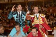 Cayetano y Antonio Ferrera saliendo a hombros de La Condomina.