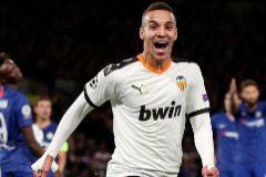 Rodrigo pone en órbita al Valencia en Stamford Bridge