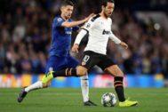 Parejo protege un balón ante la presión de Jorginho, ayer en Stamford Bridge.
