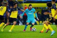 Messi, rodeado de rivales en Dortmund.