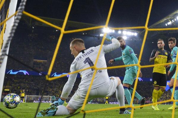 Ter Stegen  desvía el balón en el Dortmund - Barcelona.
