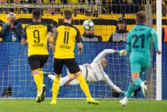 Ter Stegen detiene un penalti a Marco Reus.