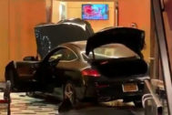 El coche que se ha empotrado en el Trump Plaza de Nueva York.