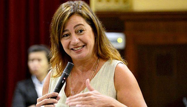Francina Armengol durante una de sus intervenciones de ayer en el Parlament.