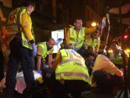 Efectivos del SAMUR atienden a dos jóvenes con heridas por arma blanca en el Paseo de las Delicias, en Madrid.