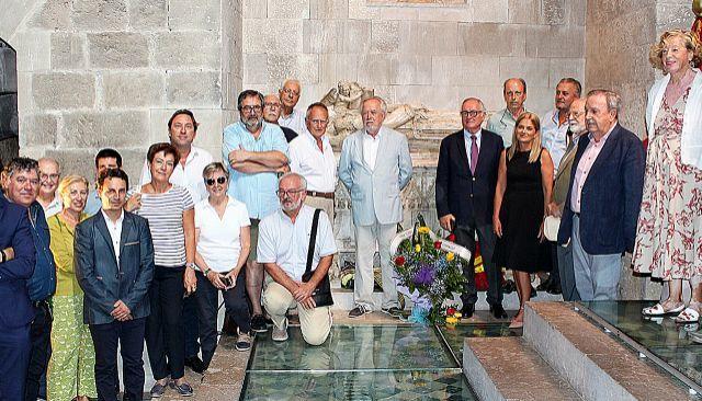 Miembros de la Fundació Jaume III en la ofrende floral en la tumba de Jaume II, el pasado jueves, en la Catedral.
