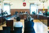 De espaldas, los dos acusados ante el tribunal de la Audiencia que enjuicia el primer juicio de Invercaria.