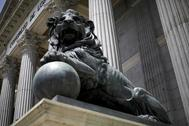 Uno de los leones que custodian el Congreso de los Diputados.
