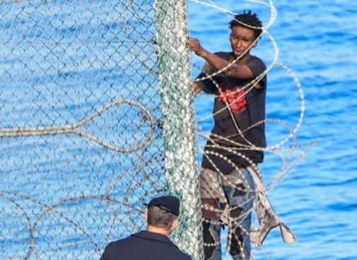 Ansu, 14 años, encaramado a la valla de Ceuta.