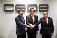 El presidente de CEOE, Antonio Garamendi (c); de Cepyme , Gerardo Cuervas (i) y de ATA , Lorenzo Amor en un encuentro previo a la incorporación de la organización de trabajadores autónomos a CEOE.