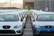 Vehículos de Seat a la espera de ser cargado en el puerto de Barcelona.