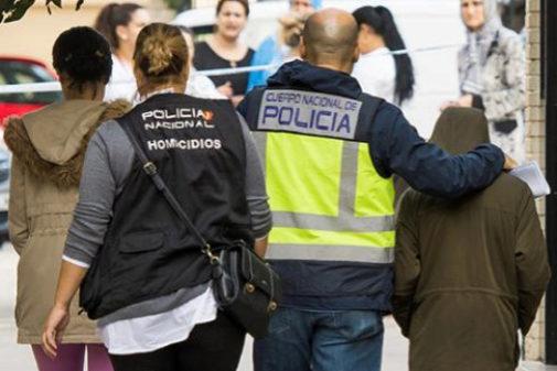 Un policía acompaña al hijo de Fátima, asesinada en Los Pajaritos...