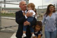 El ex jefe de los servicios de inteligencia de Venezuela, Hugo Carvajal, a su salida de prisión, este lunes.