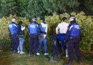 Agentes de la Policía Municipal durante una redada contra un grupo de integrantes de bandas latinas en un parque de la capital.