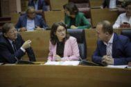 Ximo Puig, Mónica Oltra y Ruben Martínez Dalmau, en el pleno de las Cortes Valencianas.