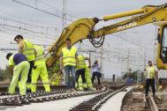 Trabajos de construcción del tercer hilo entre Castellón y Valencia en Burriana.