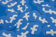 Logotipo de Facebook en varias etiquetas.