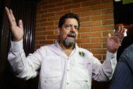"""AME8691. CARACAS (VENEZUELA), 17/09/2019.- El primer vicepresidente de la Asamblea Nacional (AN, Parlamento) de Venezuela, Édgar <HIT>Zambrano</HIT>, da declaraciones este martes en Caracas (Venezuela). <HIT>Zambrano</HIT>, liberado la noche de este martes tras más de 130 días en prisión, pidió a todos los sectores del país que hagan """"un esfuerzo significativo"""" para que sean excarcelados todos los """"presos políticos"""". """"Hay que hacer un esfuerzo significativo, en primer lugar, para producir la liberación de todos los presos políticos, civiles y militares"""", dijo <HIT>Zambrano</HIT> en declaraciones a periodistas a las puertas de su residencia, en Caracas.  Rayner Peña"""