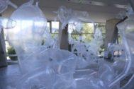 Un jardín de las delicias que denuncia los abusos del plástico