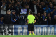 Turkish referee Cuneyt Cakir checks a <HIT>VAR</HIT> replay to award a penalty during the UEFA Champion's League Group H football match between Chelsea and Valencia at Stamford Bridge in London on September 17, 2019. (Photo by DANIEL LEAL-OLIVAS / AFP)