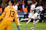 Di María festeja su segundo gol al Madrid en París.