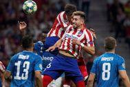 GRAF4766. MADRID.- El centrocampista mexicano Héctor <HIT>Herrera</HIT> (2-d) cabecea para marcar el segundo gol ante la Juventus, durante el partido de la fase de grupos de la Liga de Campeones disputado esta noche en el estadio Wanda Metropolitano, en Madrid.