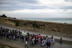 Profesores y estudiantes marchan en Comodoro Rivadavia, en la provincia patagónica de Chubut (Argentina), para protestar por el impago de sus salarios.