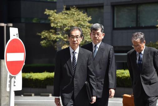 Ichiro Takekuro (L), ex vicepresidente de Tokyo Electric Power Company...