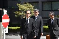 Ichiro Takekuro (L), ex vicepresidente de Tokyo Electric Power Company (TEPCO), la empresa que operaba la planta de Fukushima, llega al Tribunal de Distrito de Tokio el 19 de septiembre de 2019, ya que tres ex ejecutivos de TEPCO se enfrentan a hasta cinco años de prisión si son condenados. - Más de ocho años después del desastre nuclear de Fukushima, se esperaba que un tribunal japonés dictaminara el 19 de septiembre sobre el único proceso penal derivado del peor accidente nuclear en décadas.  Traducción realizada con el traductor www.DeepL.com/Translator