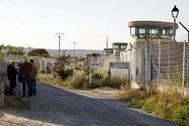 Varios fotógrafos esperan a la puerta de la caárcel de Brieva (Ávila), donde cumple condena Urdangarin.
