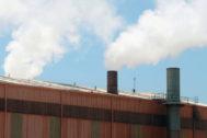 Vapor de agua emitido a la atmósfera en el proceso de fabricación cerámica en una empresa.