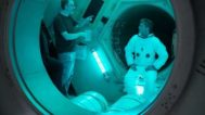 James Gray da instrucciones a Brad Pitt en el rodaje de 'Ad astra'.