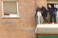 Agente en el balcón de la calle de la infanta mercedes donde una mujer se tiró con su hijo
