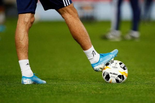 Jugador del Astana con el balón de la Europa League