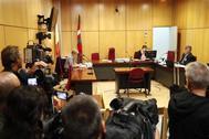 El abogado de los tres miembros de La Manada acusados de un delito de hurto por la sustracción de unas gafas en una óptica de San Sebastián, Agustín Martínez (d), momentos antes de la vista por este juicio prevista para este martes en San Sebastián.