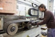 un operario trabajando en una empresa vasca.
