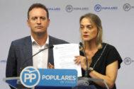 Daniel Portero y Raquel González con la moción que llevarán a los ayuntamientos.