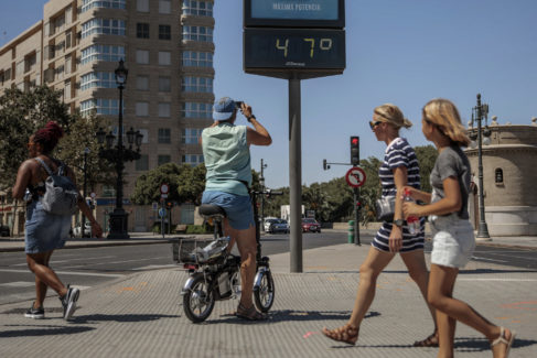 Una persona fotografía en Valencia un termómetro con 47º C,