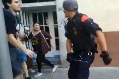 Carga de los Mossos d'Esquadra en Sants, en Barcelona, en una concentración contra un desahucio.